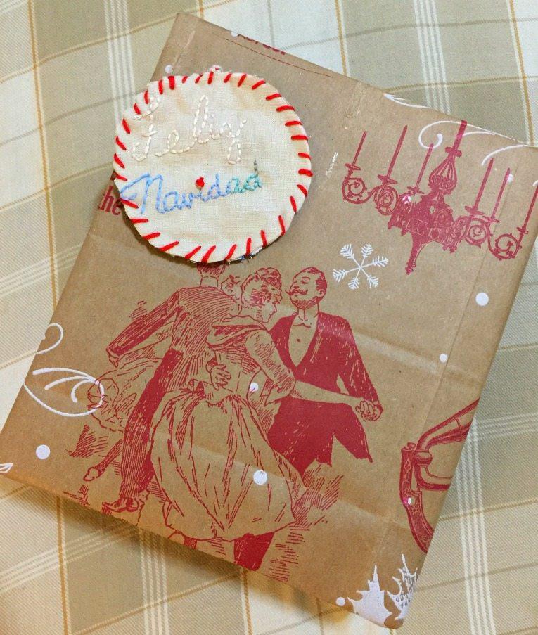 Envuelve los regalos con bolsas de papel