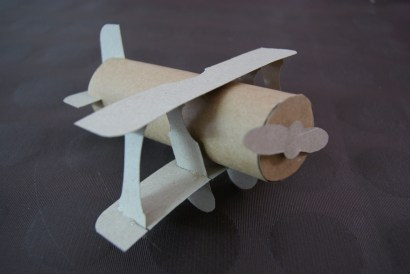 Un avión en cada mesa nombrandolas