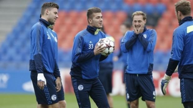 Así se ejercitaban en la tarde de hoy los jugadores del Schalke, ya sobre el césped del St. Jakob Park. Foto: Schalke 04