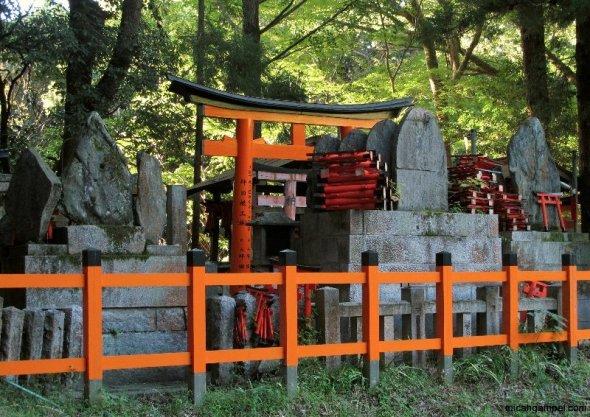 fushimi-inari-hilltop-kyoto-micah-gampel-2010