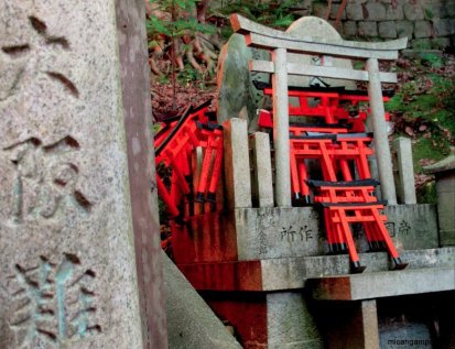 fushimi-inari-small-shrine-kyoto-micah-gampel-2010