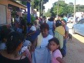 gente de Cuatotolapan y gente que les llevó la ayuda