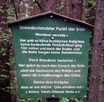 Schild mitten im Wald