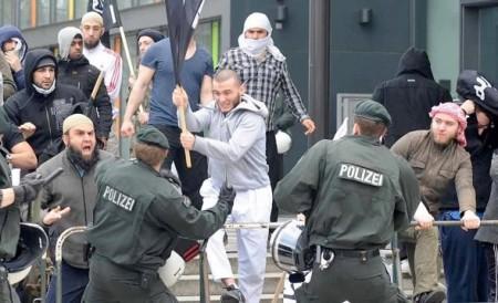 Moslems gegen Polizei