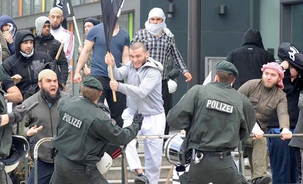 https://i1.wp.com/michael-mannheimer.net/wp-content/uploads/2015/09/Moslems-gegen-Polizei.jpg