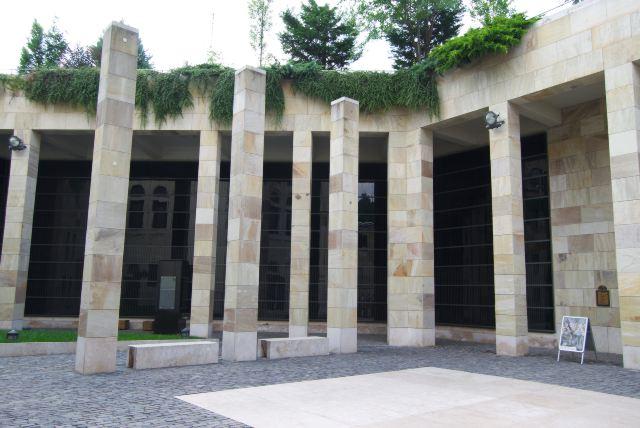 Во дворе Музея Холокоста