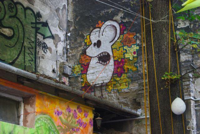 Вот такая симпатичная мышь любуется со своей стены на дворик, в котором мы пили пиво :-)