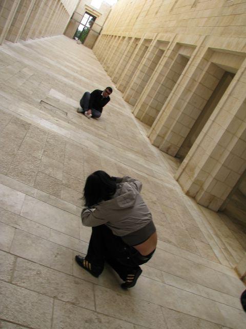 Во внутреннем дворике здания Верховного суда в Иерусалиме