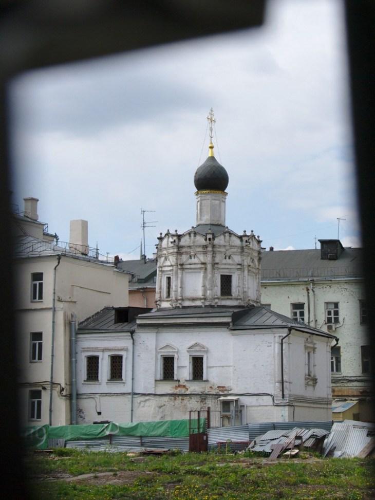 Храм Успения Богородицы на Чижевском подворье. Снимать, как выяснилось, удобнее всего через дырку в заборе ;-)