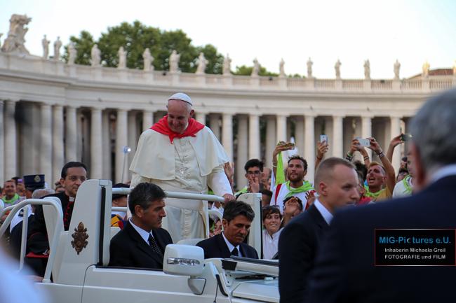 6D: Pressefoto/Sonderkorrespondentin aus Rom/Vatikan: Papst Franziskus mit Österreich-Pilgertuch