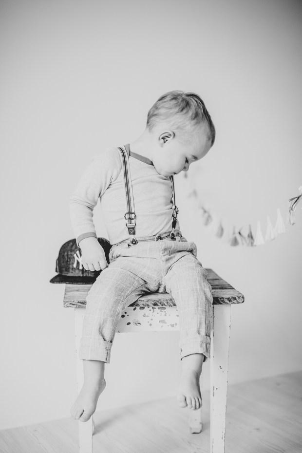 Kinderfoto Lächeln Lachen Fotograf Studio Heilbronn Ludwigsburg schwarz weiß sw