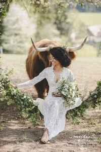Braut Inpirationsshooting Styled Shoot Landlust Highlandcattle Hochlandrind schottischFlower Ring Lantern Brasilian Bride Vintage