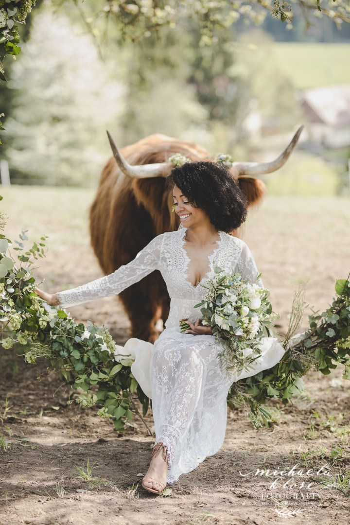Braut Inpirationsshooting Styled Shoot Landlust Highlandcattle Hochlandrind schottischFlower Ring Lantern Brasilian Bride Vintage
