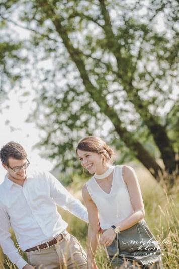 Paarfotos Abendsonne Wiese Feld Sommer Verliebte Verlobungsshooting