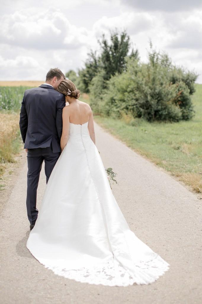 Brautpaar Reportage Brautpaarshooting Paarshooting Hochzeit Weingut Kurz Wagner 2019 Michaela Klose Kleid mit Schleppe
