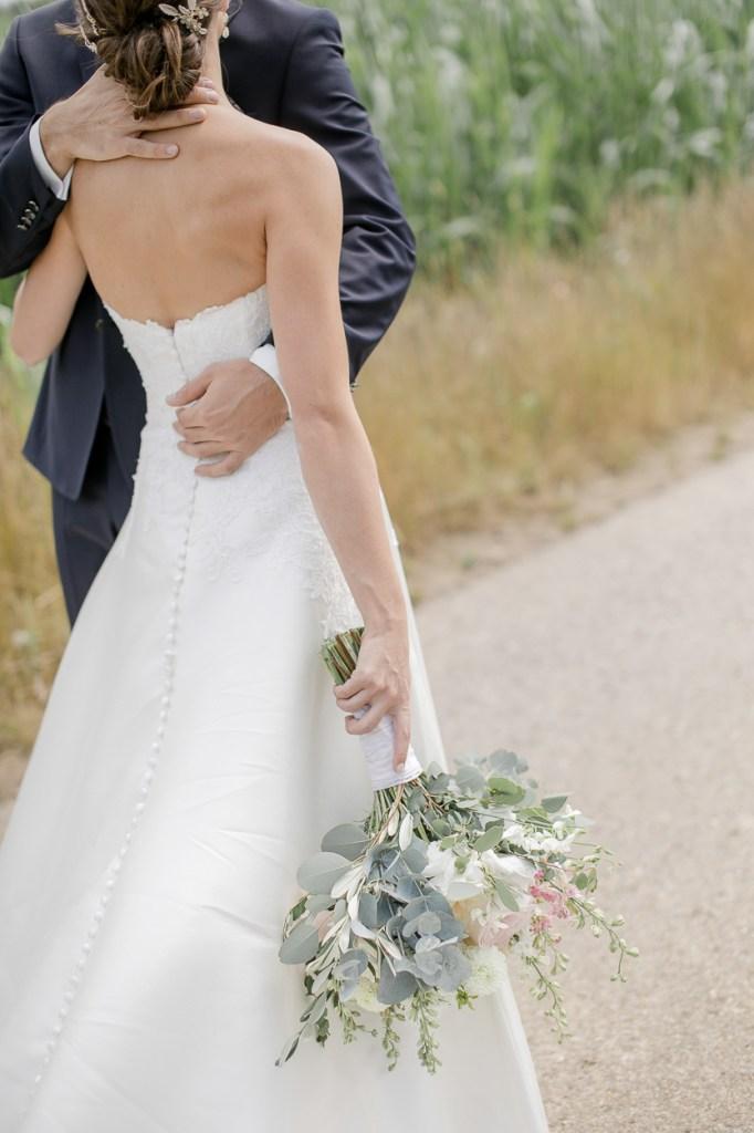 Brautpaarshooting Hochzeit Weingut Kurz Wagner Brautstrauß