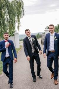 Bräutigam und Trauzeugen in Anzügen Hochzeit im Weingut