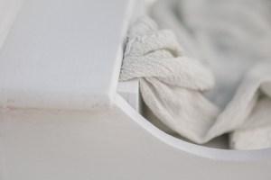 Verlobungsring Hochzeit im Garten Hochzeitsfotografin antiker Tisch Silberbesteck Seidenband Gartentisch