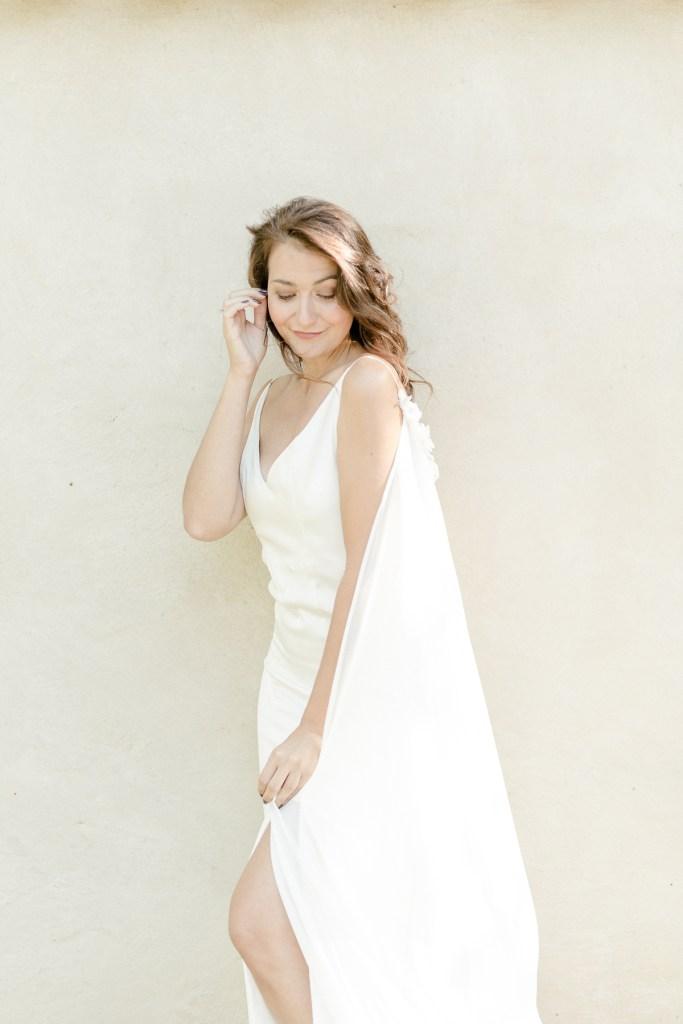 Braut auf dem Morrhof im Kleid von Sandra Nymphius