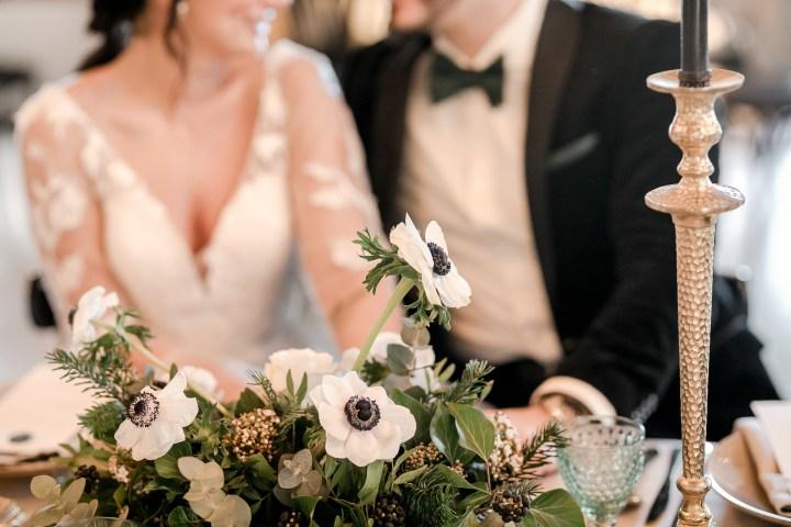 Brautpaar am Tisch Hochzeitstafel