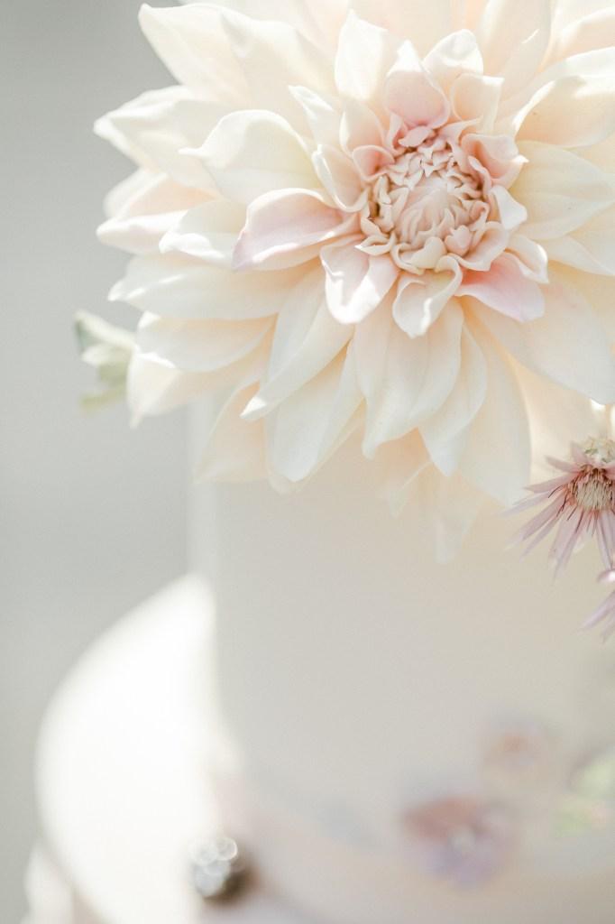 Hochzeitstorte Fine Art Hochzeit essbare Blüte Zuckerblüte Pattiseur Konditor