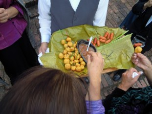 hors duerves are served before the ceremony