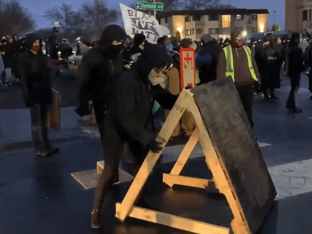 Protesters Build Embattlements, Carry Improved Shields During Seige of Minnesota Police HQ