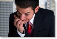 Nervöser Geschäftsmann kauft auf den Fingernägeln