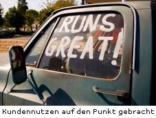 Altes verrostetes Auto mit Schriftzug