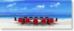 Konferenztisch an einem sonnigen Strand