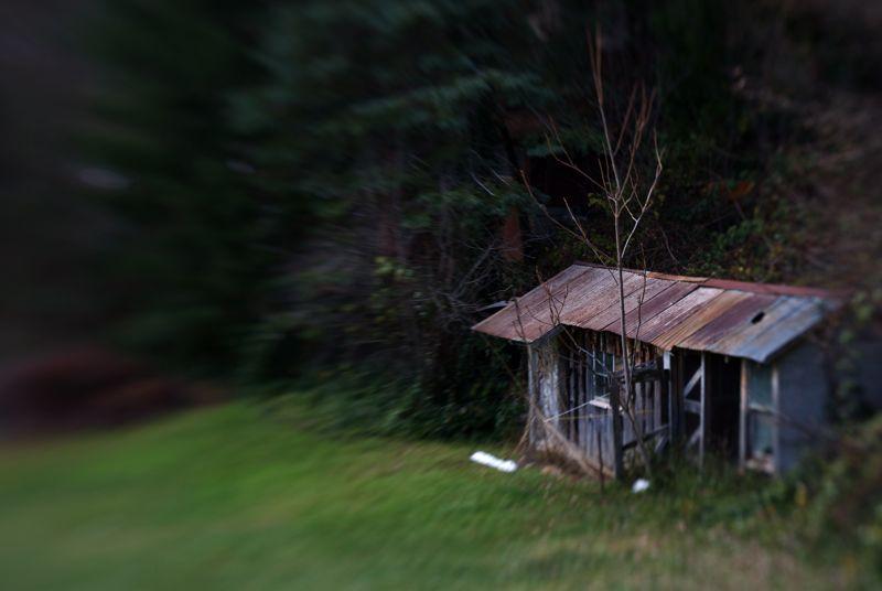 A shack through a lensbaby.
