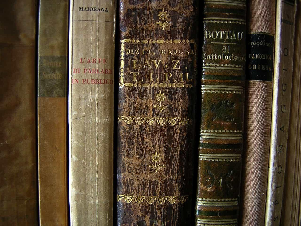 billede af gamle bøger på hylde