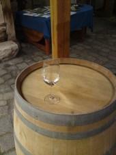 Weinglas auf Weinfass
