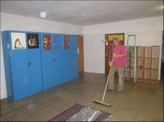 Eltern der ersten Klassen weißeln Eingangshalle der Michaelschule