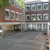 Blick auf den Schulhof Rheinbacher Str.