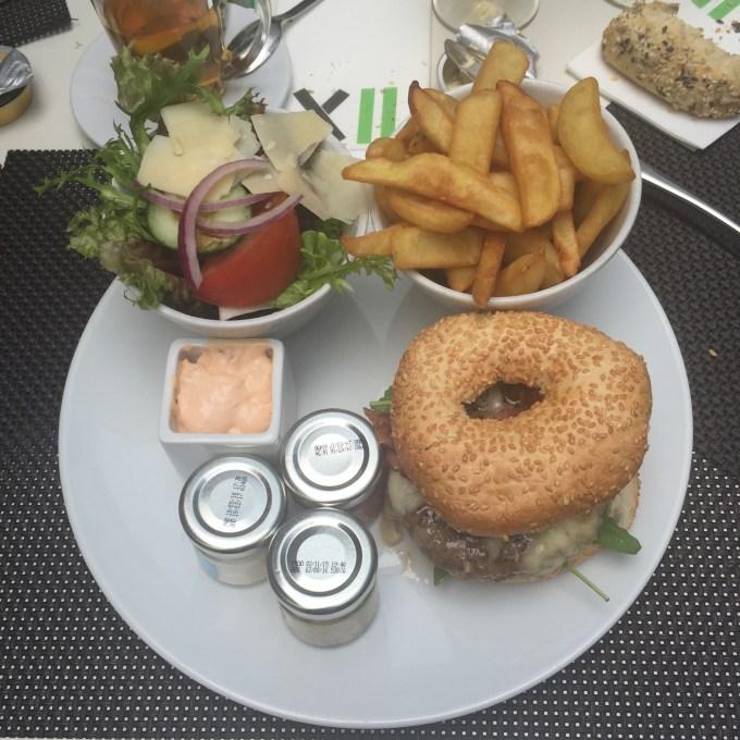 Frytki, wszędzie frytki. Oraz Hamburger z dziurką :) Żegnaj dieto...