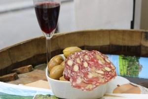 Saucisson - olives - vin rouge, Michel Kalifa - Maison David ©