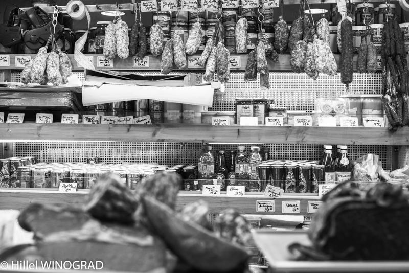 Assortiment de saucissons secs et condiments, Michel Kalifa-Maison David, Hillel Winograd ©