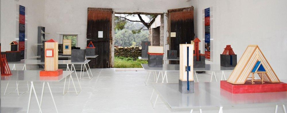 """Les """"21 Petits monuments sont installés par groupes de trois sculptures, mis en scène sur sept tables translucides."""