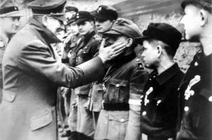 Hitler saluant la Jeunesse Hitlérienne,au sortir du Führerbunker.