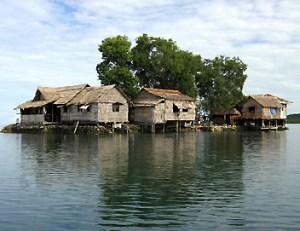 De nombreuses habitations ont été abandonnées à Tuvalu et aux Îles Salomon devant la montée des eaux du Pacifique.