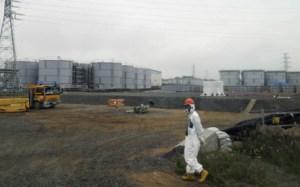 Tokyo Electric Power Co. (TEPCO), l'entreprise de service public que l'opéra en la centrale nucléaire sinistrée de Fukushima, estimez-vous que le dimanche a publié des chiffres sur la quantité d'eau contaminées par les radiations a coulé de son installation, le premier de ces données, la société a communiqués au public depuis 2011 de séisme et le tsunami Mars a provoqué une fusion du réacteur multiple à l'installation. TEPCO estime le montant total de l'eau radioactive déversée dans l'océan Pacifique depuis mai 2011 sera entre 20000000000000-40000000000000 becquerels.