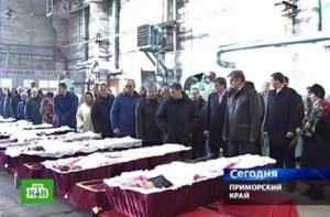 Capture d'écran de la chaîne russe NTV lors des obsèques des morts du sous-marin Nerpa, le 11 novembre 2008 à Vladivostok Image: afp