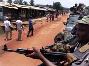 Deux combattants islamiques de la Séléka en patrouille.