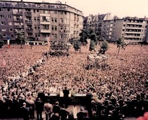 """L'Europe 1963 - A Berlin, le président parle à une énorme foule d'Allemands, en disant: """"Tous les hommes libres, où qu'ils vivent, sont des citoyens de Berlin, et, par conséquent, comme un homme libre, je suis fier des mots Ich bin ein Berliner ». (Je suis un Berlinois). """""""