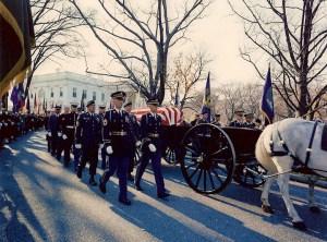Le cercueil quitte la Maison Blanche, pris au Capitole pour le visionnement public