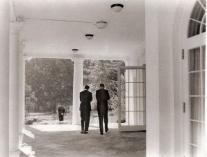 JFK vu avec son principal conseiller, son frère Robert.