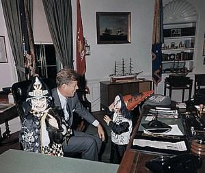 Une visite de Halloween dans le bureau oval de Caroline et John Jr.