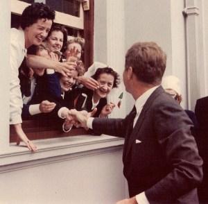 Un groupe de femmes irlandaises ravis d'accueillir le président américain d'origine irlandaise lors de sa visite de trois jours en Irlande.