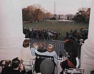 Sur le balcon sud de la Maison Blanche, le président Kennedy et sa famille profiter d'un spectacle de cornemuse britannique avec l'ambassadeur de Grande-Bretagne. 13 novembre 1963.